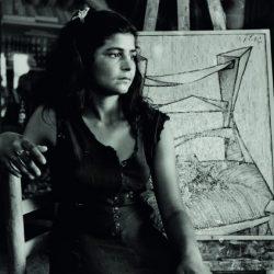 Nena gitana fent de model del pintor Evarist Vallès al seu estudi de Figueres