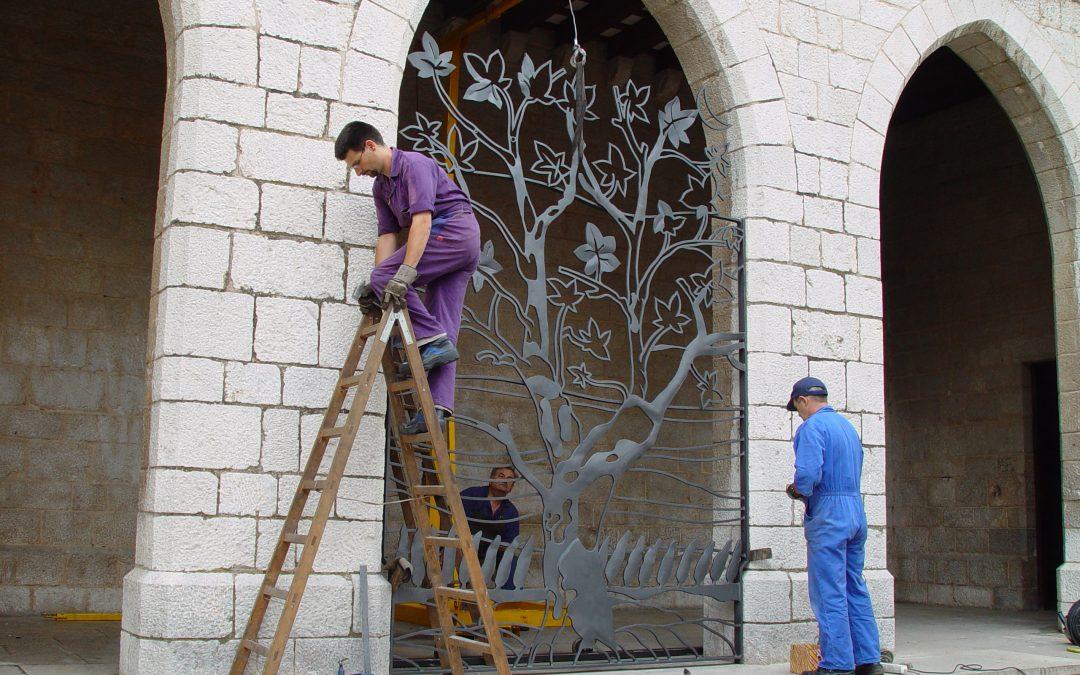 Instal·lació reixa a l'església de Sant Pere