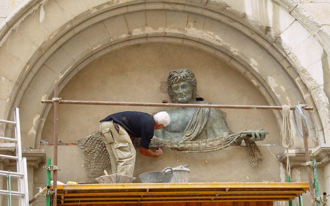 Instal·lació de l'escultura al timpà de l'església