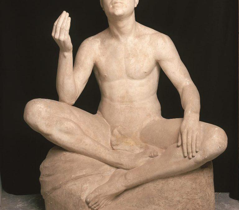 Figura masculina asseguda
